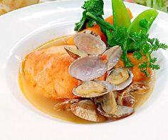 サーモンをサッと焼いて、あさりのスープと蒸し煮にしました。あさりの出しがよく出たスープとサーモンを、いっしょにいただきます。 - 28件のもぐもぐ - サーモンとあさりのナージュ by Yutaka Sakaguchi