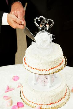 Here are some facts about gay wedding cakes that you need to know about before you choose a cake. #gay #wedding #cakes #gayrights #lgbt