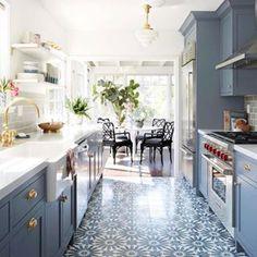 Mutfaktan başladık madem öyle devam edelim.. bu yer karoları artık evlerin olmazsa olmazı ve evlere inanılmaz modern bir görüntü sağlıyor! Bu mutfak dolaplarıyla çok güzel bir uyum sağlamış #dekorasyon #evdekoru #evdekorasyonu #stilsahibievler #stilevler #dekor #mutfak #mutfakdekoru #mutfakdekorasyonu #salon #koltuk #köşetakimi #masa #yemekmasasi #çerçeve #çerçevedekorasyonu #cercevedekorasyonu #evimgüzelevim #güzelev