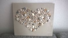 Look for shells on the beach, paint and paste a board in the color you want . Seashell Crafts, Beach Crafts, Fun Crafts, Crafts For Kids, Arts And Crafts, Pebble Art, Pebble Stone, Sand Decorations, Beach Artwork