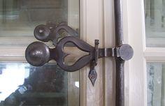 Poignée d'espagnolette fer forgé ajourée en cœur pour embellir nos fenêtres. @atelierhybrant