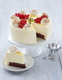 Tässä hurmaavassa kakussa yhdistyy suklaa ja sitruuna. Sweet Desserts, Sweet Recipes, Delicious Desserts, Pie Cake, No Bake Cake, Finnish Recipes, Cake Decorating Designs, Decorating Ideas, Just Eat It