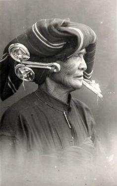 It shows a beautiful view of an old Batak Woman wearing Ear Jewels. Photo Postcards, Vintage Postcards, Vintage Photographs, Vintage Photos, Vietnam, Uk Visa, Job Info, Indonesian Art, Dutch East Indies