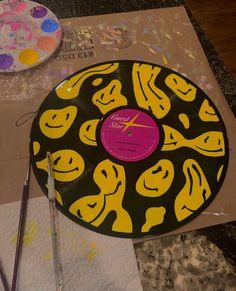 Vinyl Record Art, Record Wall, Vinyl Art, Jar Painting, Body Painting, Cd Wall Art, Cd Diy, Hippie Painting, Retro Room