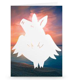 Grußkarte Schweinchen Flieger aus Karton 300 Gramm  weiß - Das Original von Mr. & Mrs. Panda.  Die wunderschöne Grußkarte von Mr. & Mrs. Panda im Format Din Hochkant ist auf einem sehr hochwertigem Karton gedruckt. Der leichte Glanz der Klappkarte macht das Produkt sehr edel. Die Innenseite lässt sich mit deiner eigenen Botschaft beschriften.    Über unser Motiv Schweinchen Flieger  Ihr braucht Glück oder sucht einen Glücksbringer für einen besonderen Menschen in eurem Leben? Dann darf ein…
