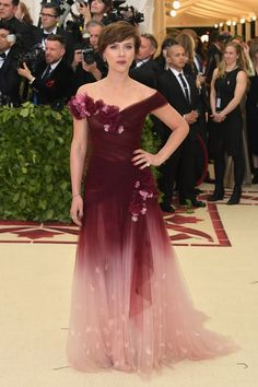 Scarlett Johansson from 2018 Met Gala Red Carpet Fashion In Marchesa Scarlett Johansson Wallpaper, Scarlett Johansson Fotos, Gala Dresses, Red Carpet Dresses, Vestidos Marchesa, Rihanna, Blake Lively, Met Gala Outfits, Beautiful Dresses