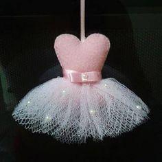 LEMBRANCINHAS EM FELTRO - MOLDES GRATUITOS - Feltro Fácil Felt Crafts Patterns, Felt Crafts Diy, Foam Crafts, Arts And Crafts, Diy Wedding Gifts, Diy Gifts, Sewing Art, Sewing Crafts, Felt Keyring