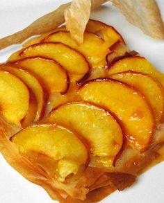 tarte à la pêche Pour faire cette recette de dessert, il faut : 3 à 4 pêches 2 cuillères à soupe de sucre 3 cuillère à soupe de confiture d'abricots 40g de beurre fondu...