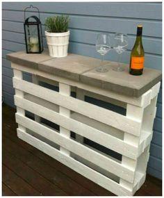 Jeg har tidligere vist en let måde at lave et højt afsætningsbord på. Bordet laves af to paller og et par fliser, og det kan bruges på terrassen, altanen – eller hvad med at lave den rå løsni…