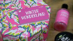 Öffne diese Box und entdecke ein Winterwunderland voller Produkte, die darauf warten von dir getestet zu werden. 💕❄️ Das Winter Wonderland ist prall gefüllt mit Produkten für die Dusche, die dich mit aufheiternden Zitrusfrüchten, knackigen Äpfeln und mehr umgarnen.  📹: Lush Spanien Lush, Wonderland, Box, Christmas Gifts, Products, Xmas, Waiting, Spain, Boxes