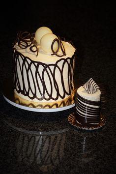 Thema: K'Ching Taart: bananencake gevuld met laagjes ganache, verse bananen en bananencrème.  Afwerking: chocoladekrullen