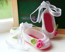 Zapatos de bebé del ganchillo, blanco con flores de color rosa, la niña de la bailarina