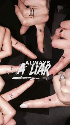 They all got matching tattoos of the first initial of their pll character.- They all got matching tattoos of the first initial of their pll character. Spencer, Alison, Mona, Emily, Hanna and Aria. Frases Pretty Little Liars, Prety Little Liars, Pretty Little Liars Tattoo, Pretty Little Liars Spencer, Pretty Little Liars Books, A Pll, Films Netflix, Pll Memes, Matching Tattoos
