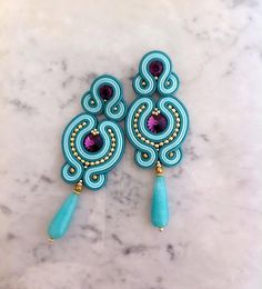 different earrings in blue! Clay Jewelry, Jewelry Crafts, Beaded Jewelry, Soutache Necklace, Bead Earrings, Shibori, Tutorial Soutache, Earrings Handmade, Handmade Jewelry