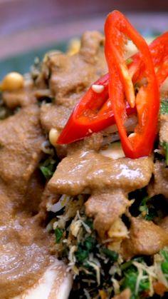 Serombotan adalah menu sayuran tradisional khas Bali yang dikenal di pulau Jawa sebagai Urap. Makanan yang cocok disantap bersama Serombotan adalah sate lilit ikan tuna dan kerupuk aci.