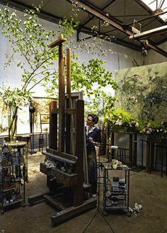 Художница Клер Баслер за работой. Она превратила свою студию в огромный цветник, в котором не только работает, но и живет.Ежедневно Клер следит за тем, чтобы в доме было необходимое количество цветущих растений, так как они вдохновляют художницу на творчество.