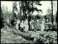 Lottapäivät Porissa 1935: Lottapäivien virallisessa osuudessa lottajohtajat pitivät puheita ja lottakuoro esiintyy. Päiville osallistui myös sisarjärjestöjen edustajia muista Pohjoismaista. Viestilottien harjoituksen jälkeen elokuvassa vieraillaan Tuusulan Päällystökoululla - Tuotanto: Puolustusvoimat, 1935