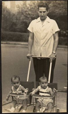 MAN PUSHING TWINS BABIES IN STROLLERS OLD VINTAGE PHOTO/SNAPSHOT-C401