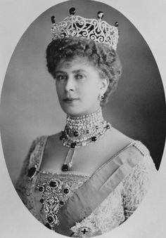 Queen Mary wearing the Delhi Durbar Tiara with emeralds, the Delhi Durbar necklace and stomacher and the star of the Order of the Garter. circa 1913.