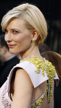 "Catherine Élise ""Cate"" Blanchett is an Australian actress and theatre director Oscar Hairstyles, Short Hairstyles For Women, Cool Hairstyles, Cate Blanchett, Growing Out Short Hair Styles, Long Hair Styles, Medium Hair Cuts, Short Hair Cuts, Short Blonde"