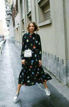The dress with a sip and in the midi size is super fashionista with silver shoes and bag! it girl – black-print-dress-colorful-tennis – dress – winter – street style Looks Street Style, Street Style Summer, Mode Outfits, Fashion Outfits, Womens Fashion, Fashion Trends, Dress Fashion, Sneakers Fashion, Midi Dress Outfit