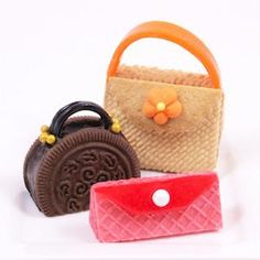 Create these adorable, edible purses with just a few store-bought cookies and candy accents. Guaranteed to please any fashion plate or palate, they're the perfect treat for a Mother's Day table. Wafer Cookies, Cute Cookies, Spa Cookies, Edible Crafts, Food Crafts, Edible Art, High Heel Cookies, Gateaux Cake, Candy Crafts