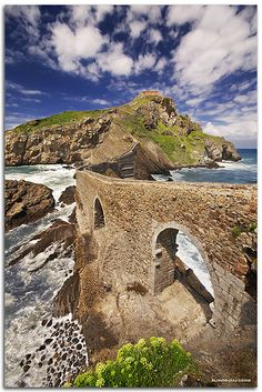 A UNESCO site : San Juan de Gaztelugatxe. A tiny islet on the coast of Biscay belonging to the municipality of Bermeo, in Basque Country, Spain. It is connected to the mainland by a man made bridge. Oh The Places You'll Go, Places To Travel, Places To Visit, Biarritz, Voyage Europe, Basque Country, Spain And Portugal, Am Meer, Murcia