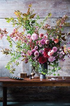 Spring floral arrangement Some Great Wedding Flower Ideas Flowers play a sizeable position in settin Deco Floral, Arte Floral, Beautiful Flower Arrangements, Floral Arrangements, Ikebana, Fresh Flowers, Pretty Flowers, Yellow Flowers, Bouquet Champetre