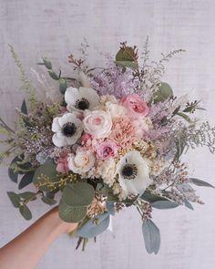 "MilkyFlower* yoshiko* on Instagram: ""* Anemone Bouquet.・:°*・○** * * * ホワイトのアネモネが ナチュラルなアクセントに♡ * * * #ブーケ#ウェディング#ウェディングブーケ#カラードレス#ハワイ挙式 #花のある暮らし…"" Anemone Bouquet, Lavender Bouquet, Flower Bouquet Wedding, Pastel Floral, Flower Wallpaper, Floral Arrangements, Beautiful Flowers, Marie, Floral Design"