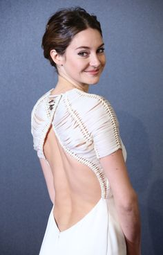 #ShaileneWoodley is stunning in her backless dress at the #Insurgent world premiere