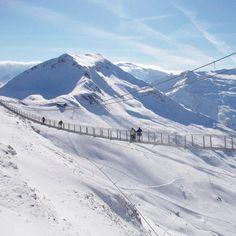 Gastein bietet auch Anreize neben den Pisten und unzähligen Vergnügungen auf Ski oder dem Board. Am Stubnerkogel kann man sich eine Portion Nervenkitzel kostenlos mitnehmen: Dort gibt es eine 140 Meter lange Hängebrücke über einen 28 Meter tiefen Abgrund. #Österreich #Austria #gastein #stubnerkogel #Hängebrücke #reisen #Urlaub #reiseblogger #travel #reiseblog #travelblog #travelblogger