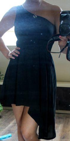 Czarna sukienka na jedno ramię, asymetryczna, zwiewna, założona RAZ. Sprzedaję, ponieważ leży tylko w szafie. Rozmiar S. #...