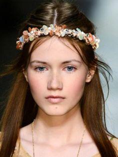 Couronne de fleurs au défilé prêt-à-porter Blugirl