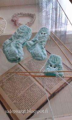 Jouluksi tein aikuisille useammatkin pöllöaiheiset villasukat, nyt on tullut kudottua useammat vauvan pöllövillasukat. Niitä on mukava kuto... Diy Crafts Knitting, Diy Crafts Crochet, Crochet Projects, Intarsia Patterns, Afghan Crochet Patterns, Baby Knitting Patterns, Knitted Hats, Crochet Hats, Wrist Warmers