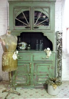 Green painted vintage hutch - like the drawers and upper glass front areas Painted Furniture, Diy Furniture, Shabby Vintage, Vintage Hutch, Shabby Chic Colors, Country Cupboard, Painted Cupboards, Painted Cottage, Shabby Chic Kitchen
