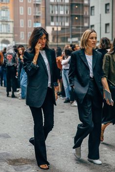 The style crowd may be feeling Fashion Month fatigue, but you'd never know it from their outfits. The street style at Milan Fashion Week continues the nearly Fashion 2020, 90s Fashion, Fashion Outfits, Fashion Tips, Vogue Fashion, Style Fashion, The Blonde Salad, Vanessa Jackman, Giovanna Battaglia