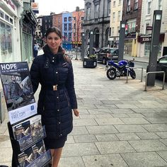 Hermana Testigo predicando con un exhibidor.  (Public witnessing in Drogheda, Ireland.). Jw.org.