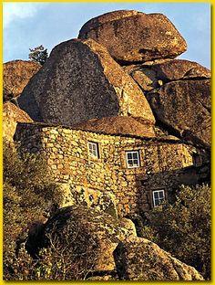 Monsanto Village, Portugal.È un luogo caratteristico per l'area megalitica di granito in cui è situato e per la presenza di una fortezza già posseduta dai templari.