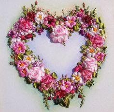Corazón con flores bordadas en liston
