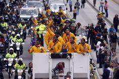 Los medallistas olímpicos a su llegada a Colombia fueron recibidos por decenas de personas que llenaron las calles por las que pasó la caravana.