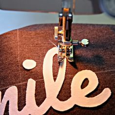 Sewing application: Apply letters on jersey with free templates for printing on . - Tours,Trips,Home Decoration,Hairstyle Applique Letters, Textiles, Sewing Appliques, Sewing Basics, Sewing For Kids, How To Apply, Templates, Embroidery, Creative