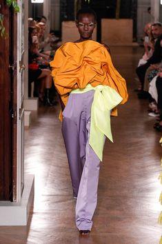 Valentino Fall 2019 Couture Fashion Show Collection: See the complete Valentino Fall 2019 Couture collection. Look 2 Catwalk Fashion, High Fashion, Womens Fashion, Fashion Trends, London Fashion, Fashion Show Collection, Couture Collection, Valentino Couture, Italian Fashion Designers