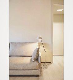 Tolomeo Lettura for this livingroom light ambiance. On instagram via @carlosalonsomontolio : –––––––––––––––––––––––––––––––––––––––––––––– Designing CORNERS: Sofa + Tolomeo lighting. ––––––––––––––––––––––––––––––––––––––––––––––––– #mimimal #sofa #floor #brown #white #light #lighting #tolomeo #artemide #book #read #reading #corner #interiordesign #design #home #picoftheday #sants #barcelona #architecture #arch #archilovers #architecturelovers #arquitectura #interiorismo #archporn…