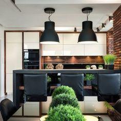 Biała kuchnia ocieplona drewnem. 15 ciekawych wnętrz Cosy Kitchen, Home Decor Kitchen, Trends, Brick, Loft, Ceiling Lights, Living Room, Table, Furniture
