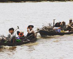 Gezamenlijk gesprokkeld hout van de ene kant van de Kampot rivier naar de andere kant vervoeren #cambodja #kampot #werk #hout #bemore #vrijwilligerswerk #rust #rivier