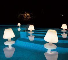 Iluminando la piscina en una fiesta de viernes...