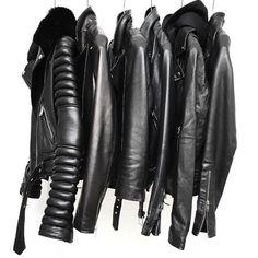 LAS CHAQUETAS ESTILO MOTOCICLISTA SON OTRA BUENA COMPRA Hola Chicas!!!!  Las chaquetas Biker han sobrevivido desde lo años 1900, y es una prenda que se ha vuelto una prenda indispensable, práctica y sexy que no puede faltar en tu armario se llevan en outfits en la calle, en las pasarelas de moda, la chaqueta biker es una prenda perfecta para usar en otoño-invierno, y aun en primavera