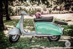 Porque nos encanta que pongáis una Vespa en vuestras bodas... MBC Eventos, Fotografía de Boda, fotógrafo, servicios audiovisuales, Lugo, Galicia  #Bodasoriginales #BodasMBC #NoviosMBC #bouquetmotero #boda #Lugo #Galicia