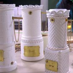 Kakelugn i miniatyr av skräp   Hobby och hantverk   svenska.yle.fi Miniature Furniture, Doll Furniture, Dollhouse Furniture, Victorian Dollhouse, Diy Dollhouse, Dollhouse Miniatures, Diy For Kids, Crafts For Kids, Diy And Crafts