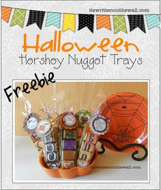 Free Papers and tags. Halloween gift for Teachers, Family, friends and neighbors and trick or treaters. (Party favor) treats for teachers Fun Halloween Games, Fun Halloween Treats, Halloween Favors, Halloween Goodies, Halloween Crafts For Kids, Halloween Cards, Holidays Halloween, Halloween Decorations, Halloween Ideas
